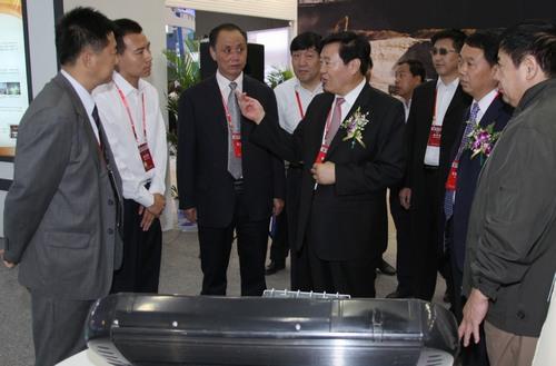 陕西省副省长李金柱在陕煤化集团展位参观