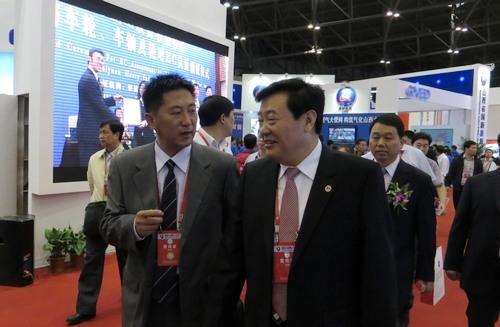 陕西省副省长李金柱在陕煤化集团副总经理魏铁军陪同下参观展览