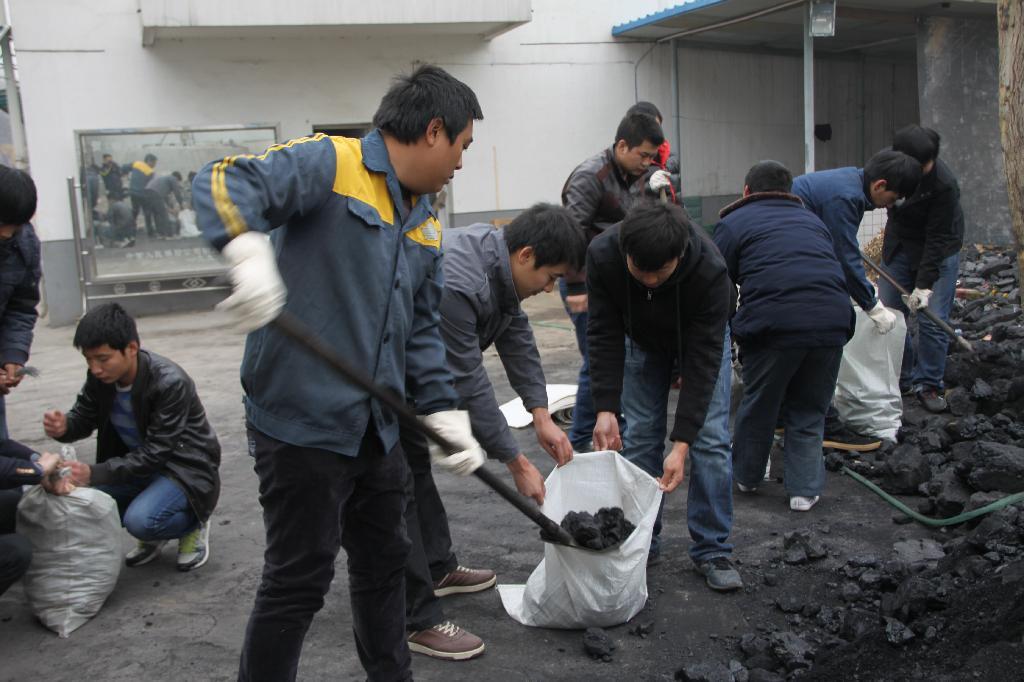 """铁运分公司青年志愿者""""爱心煤""""为孤寡老人送温暖"""